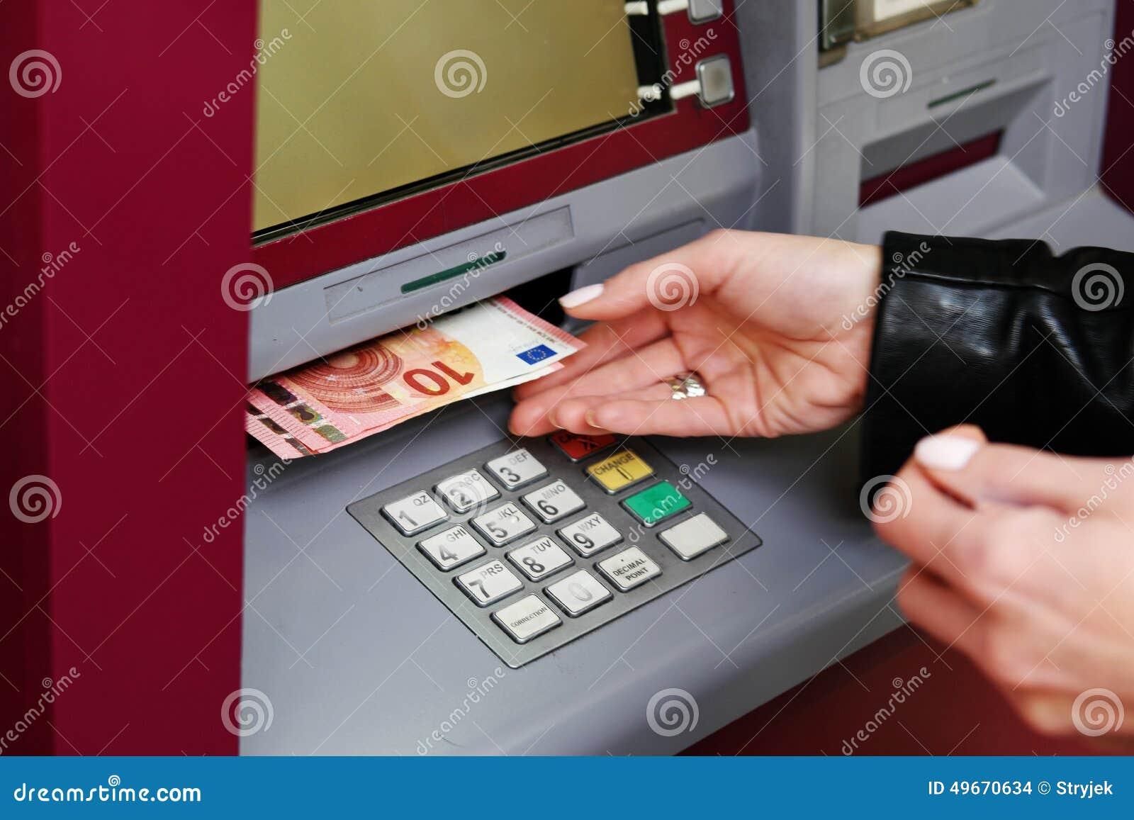 撤出从ATM的妇女金钱