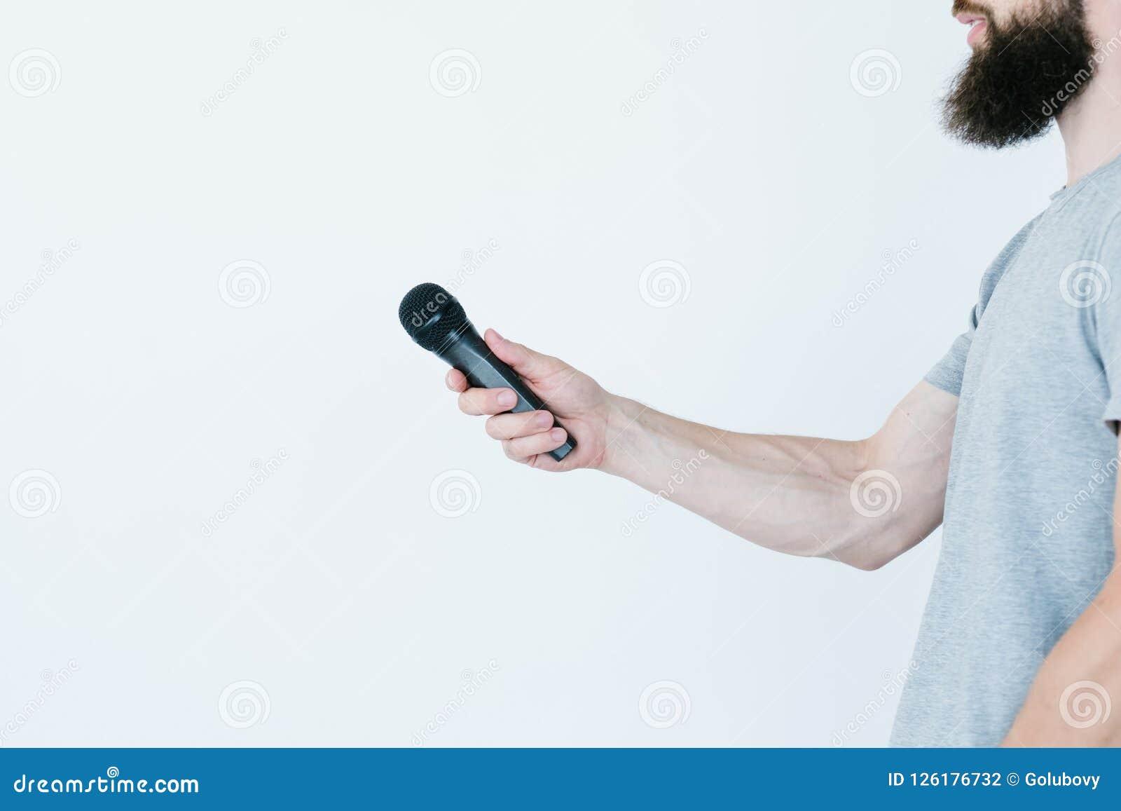 播报员举行话筒采访的媒介人