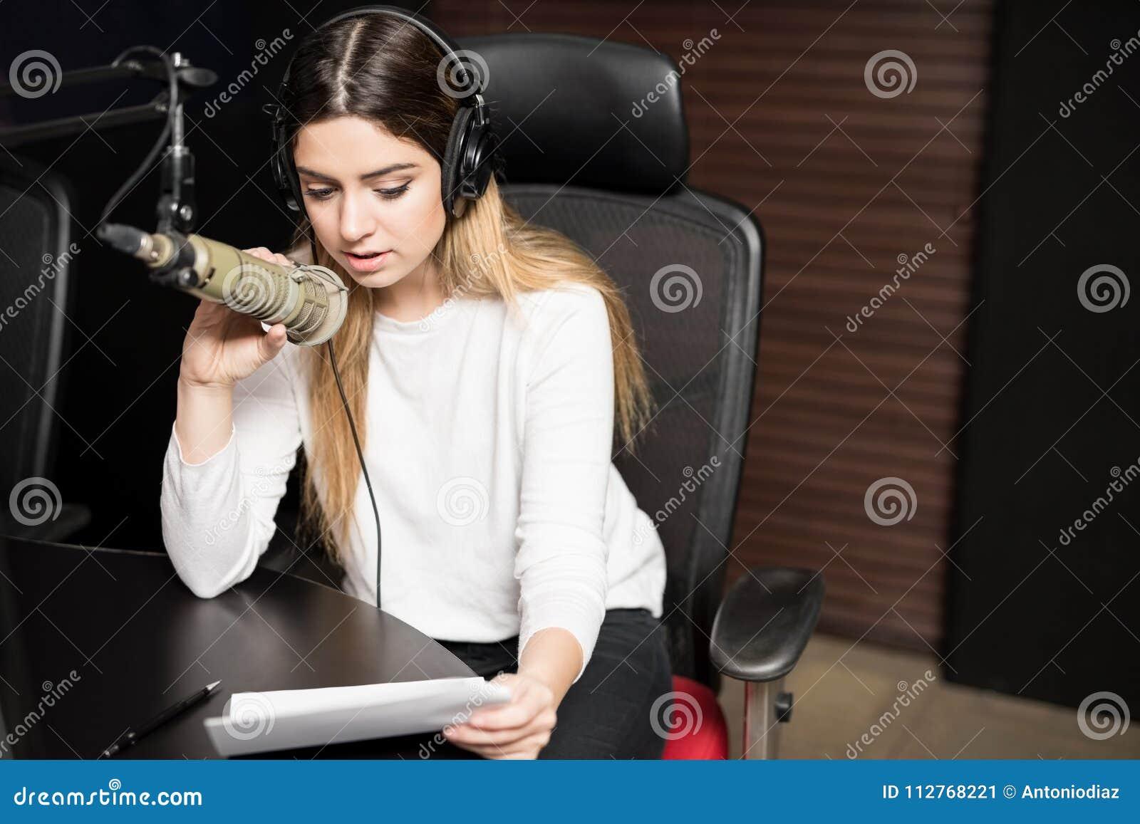 播放展示的女性播音员
