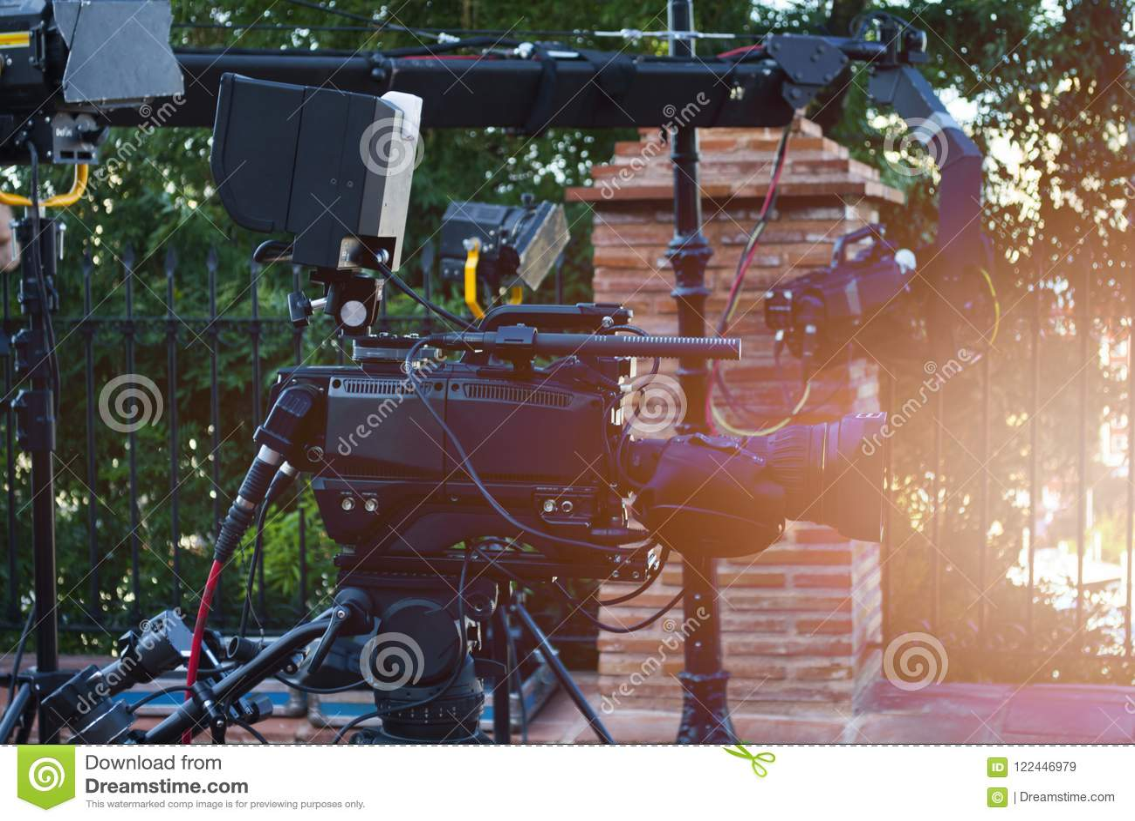 播放照相机在室外在与光和起重机照相机的阶段