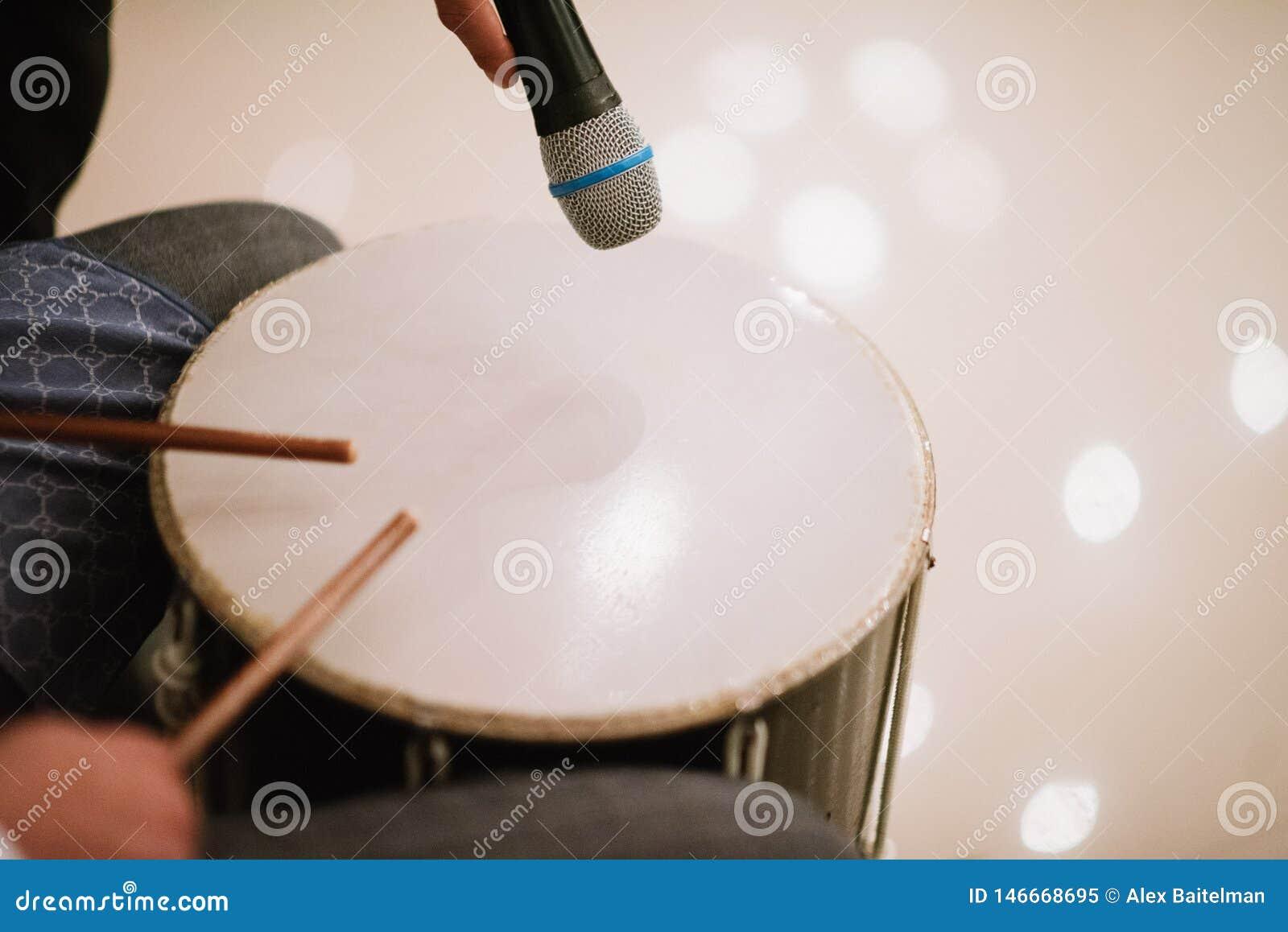 播放鼓用紧密鼓棍子的人