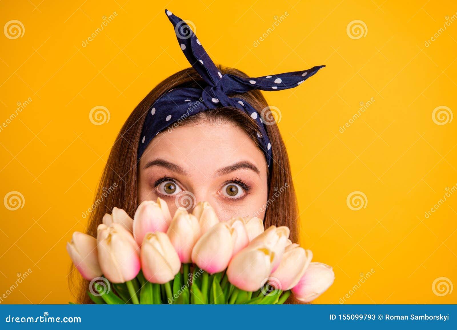 播种的特写镜头画象她她掩藏在新桃红色后的好可爱的可爱的滑稽的直发的女孩卖花人