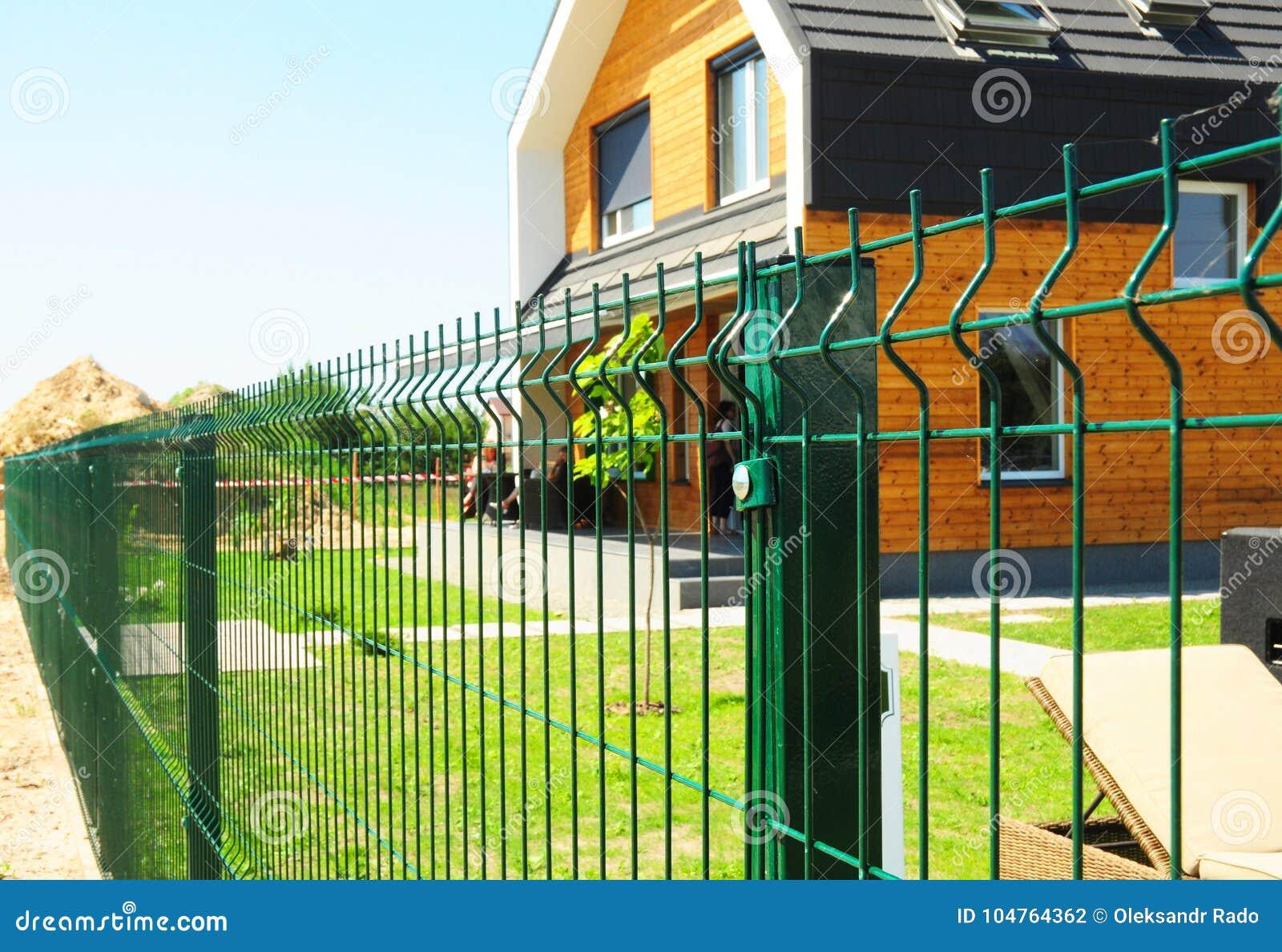 操刀与现代房子的金属室外 金属篱芭设计