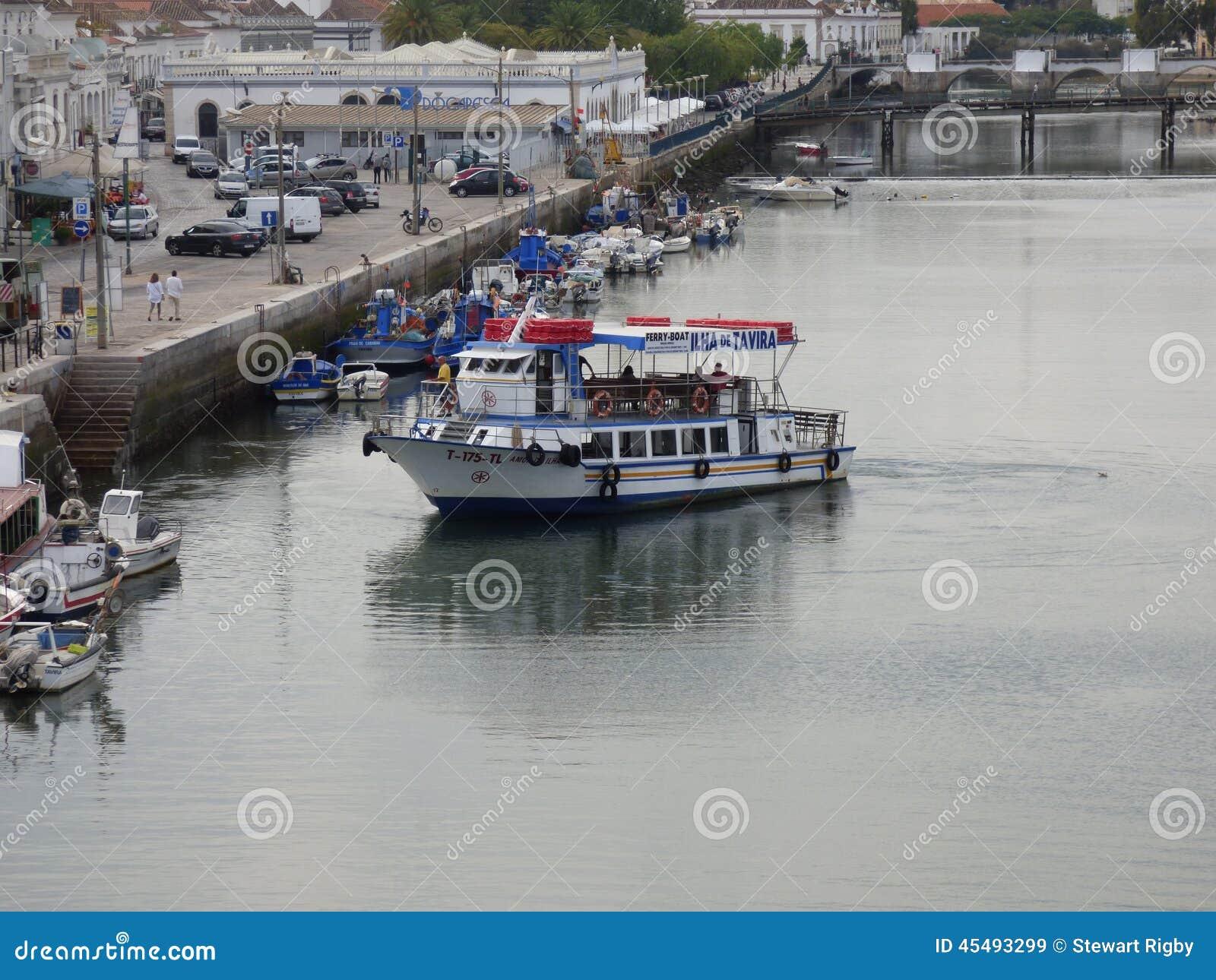操纵在河Gilao Tavira的轮渡
