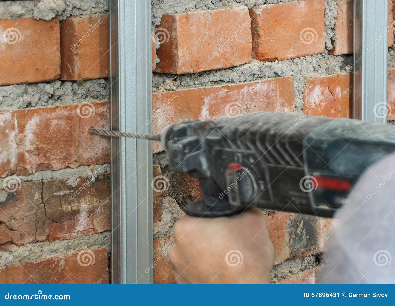 操练在砖墙的一个孔
