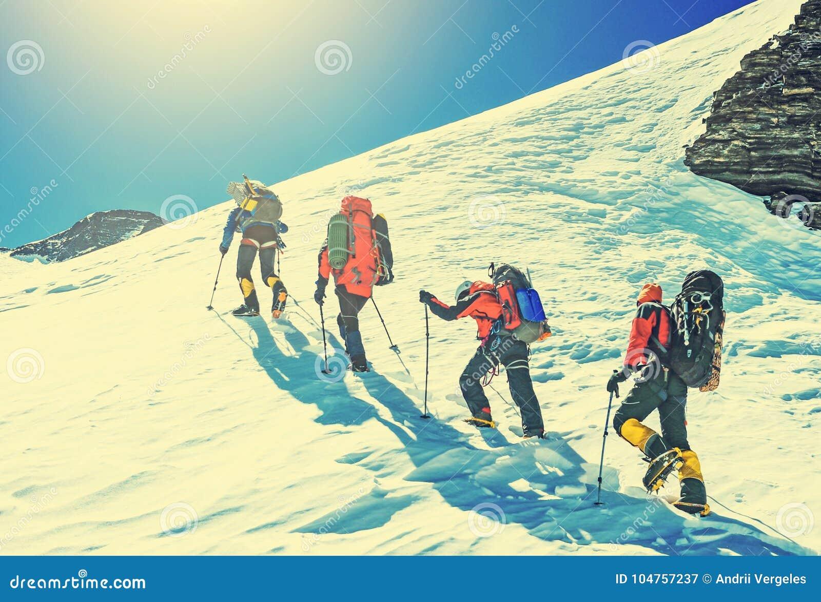 攀登山的四位登山家队