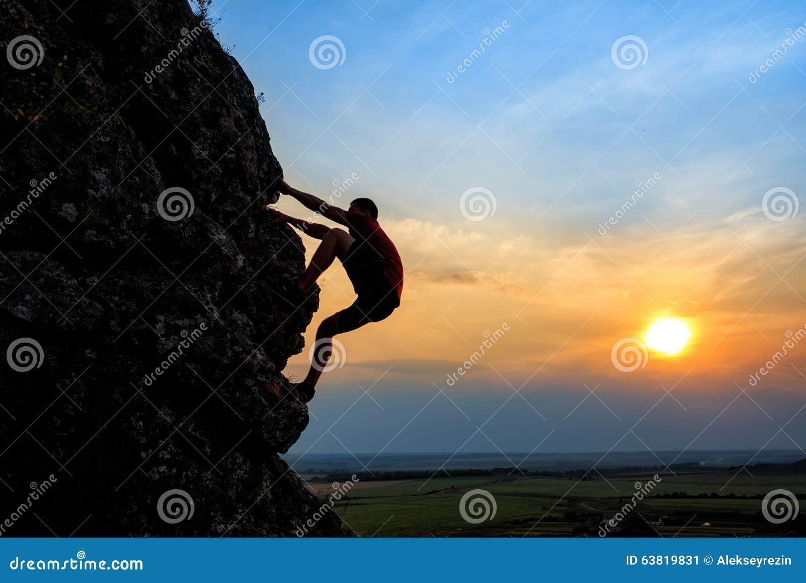 攀登山土坎的年轻人