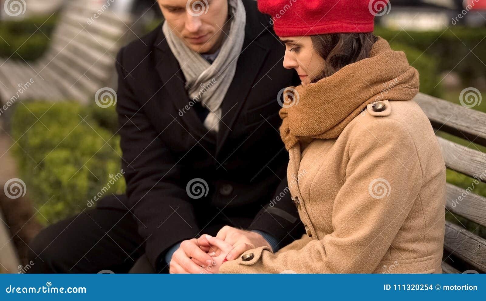 支持他心爱的妻子、健康和心理问题的年轻丈夫