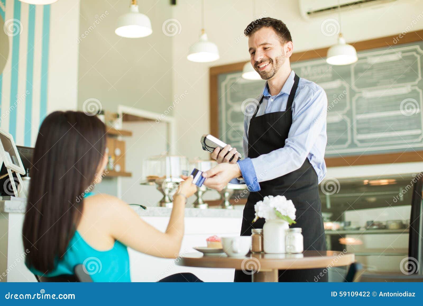 支付与在咖啡馆的信用卡