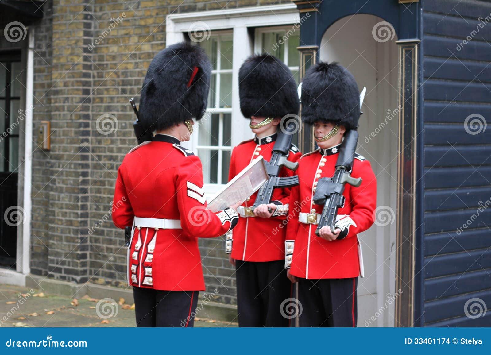 在改变在皇家住所前面的红色外套的卫兵在伦敦英国.