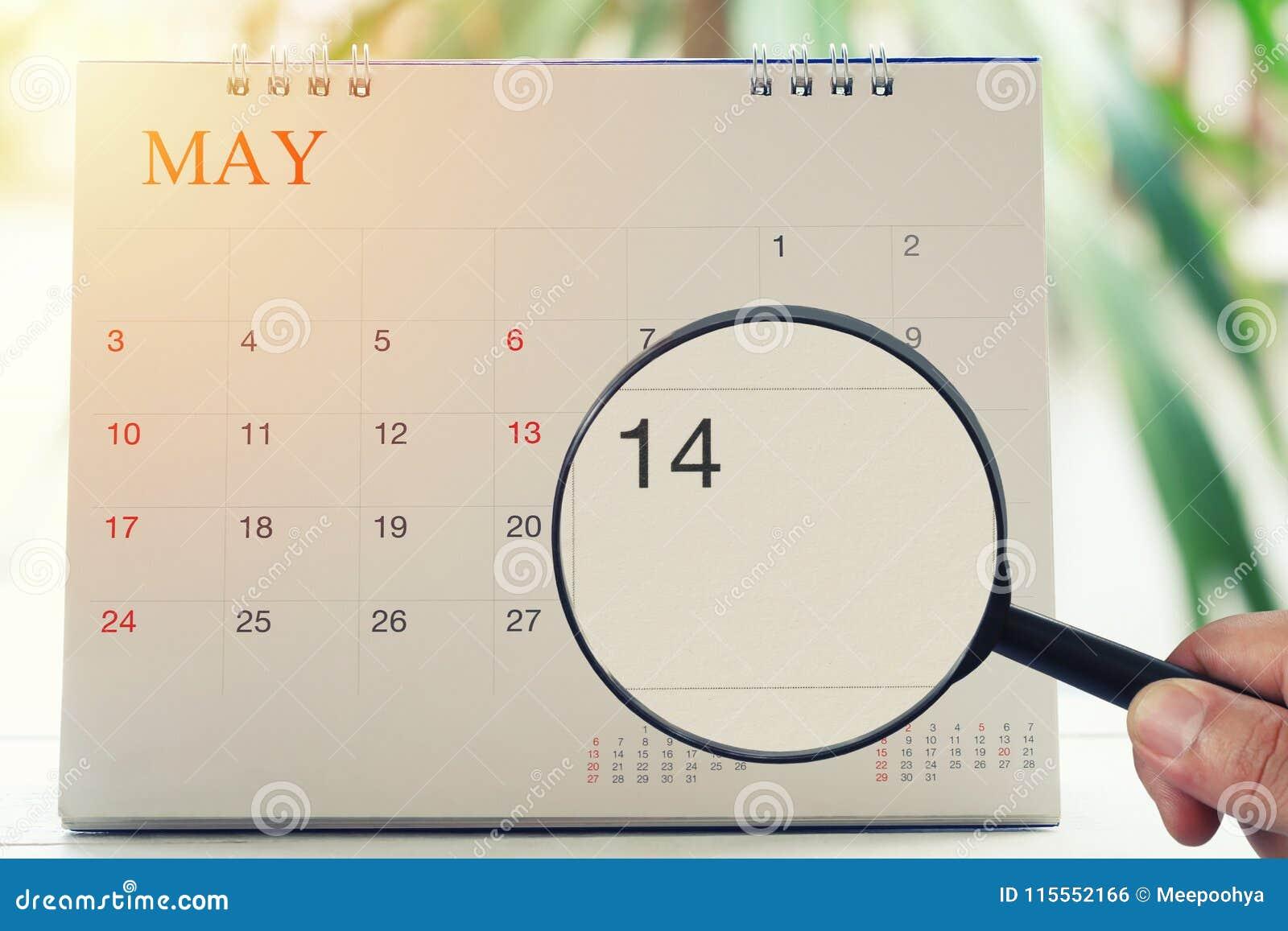 放大镜在日历您能在手中看第十四天