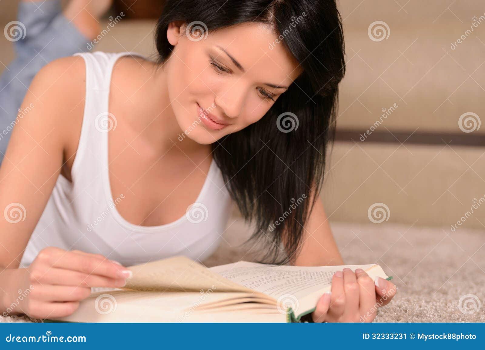 美丽少妇阴部_读书的美丽的少妇,当说谎在地板在theliving的室时.