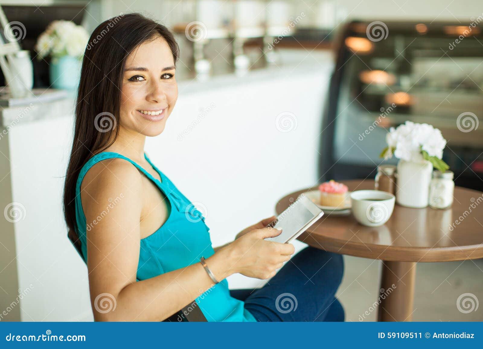 放松在咖啡店的妇女