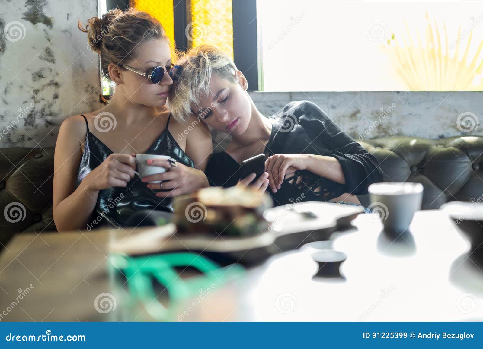 放松在咖啡馆的妇女