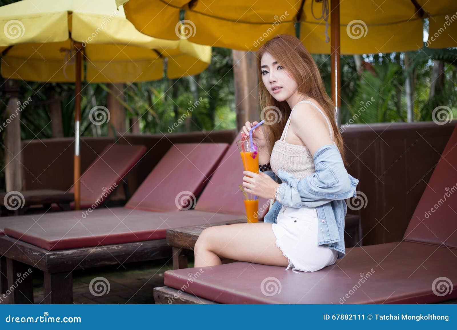 放松在手段的年轻美丽的亚裔妇女