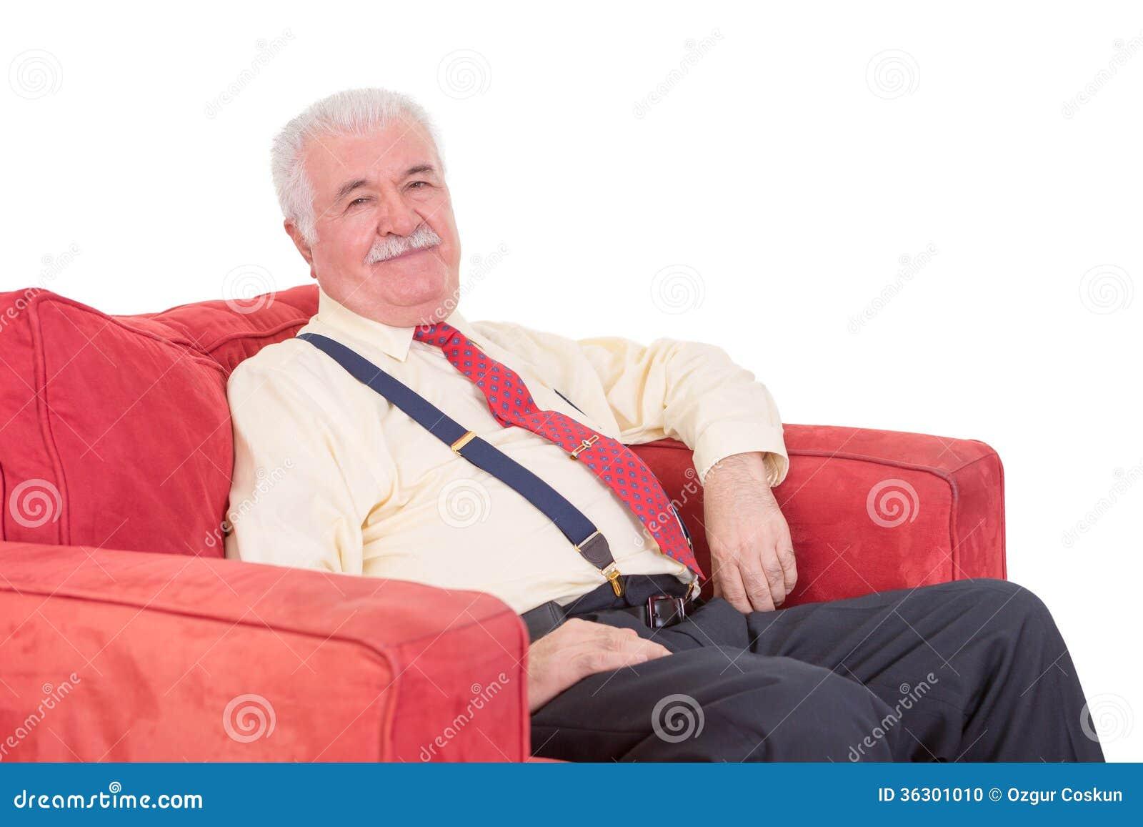 放松在扶手椅子的资深绅士