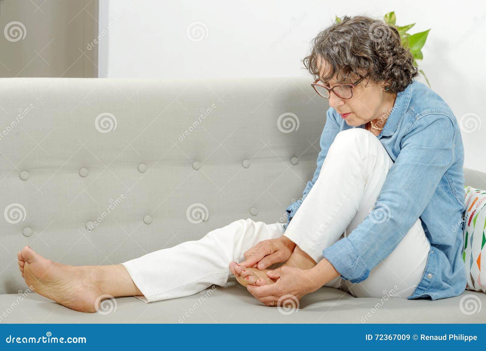 放松在沙发的成熟妇女