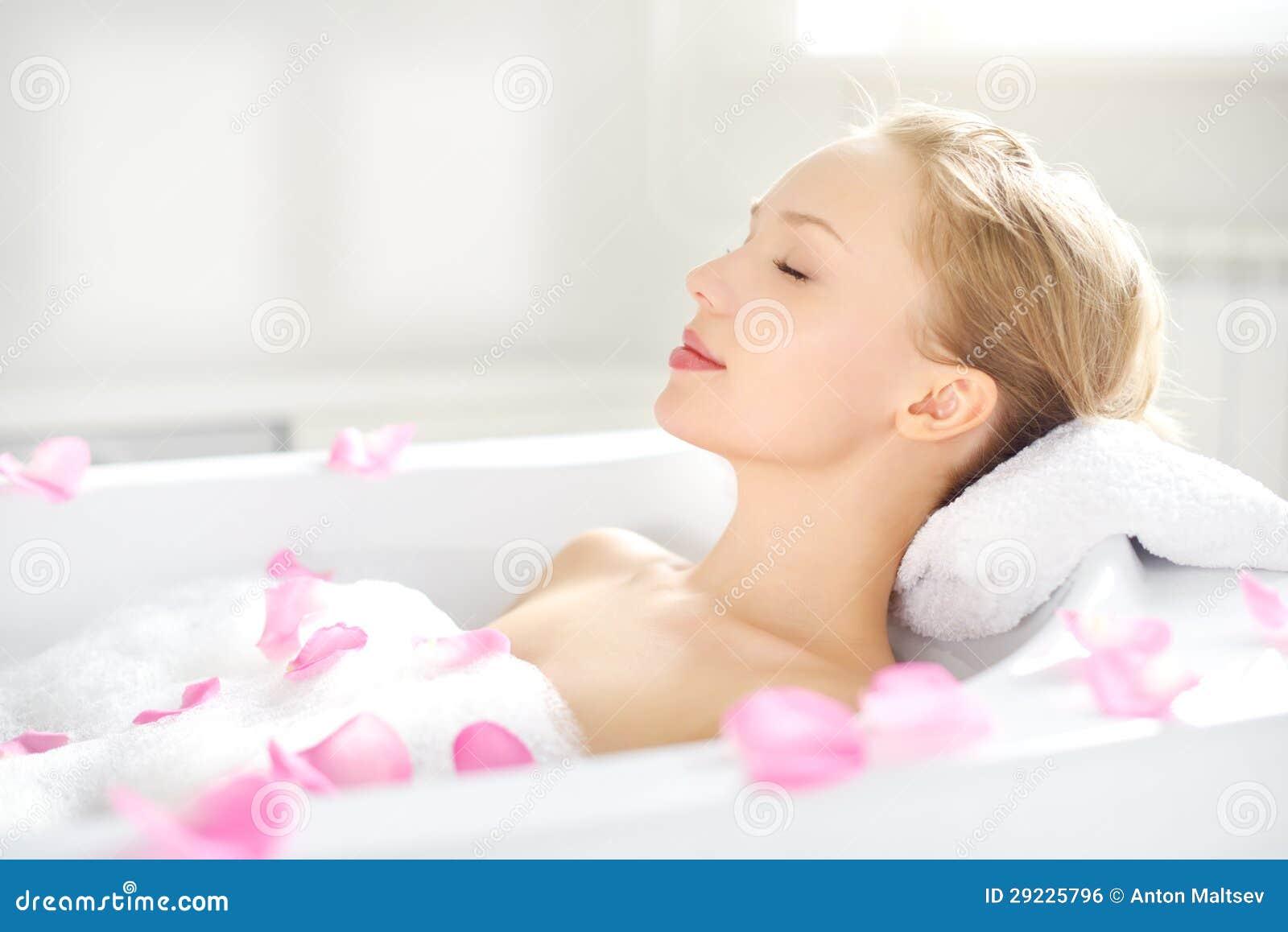 放松在浴的一个可爱的女孩