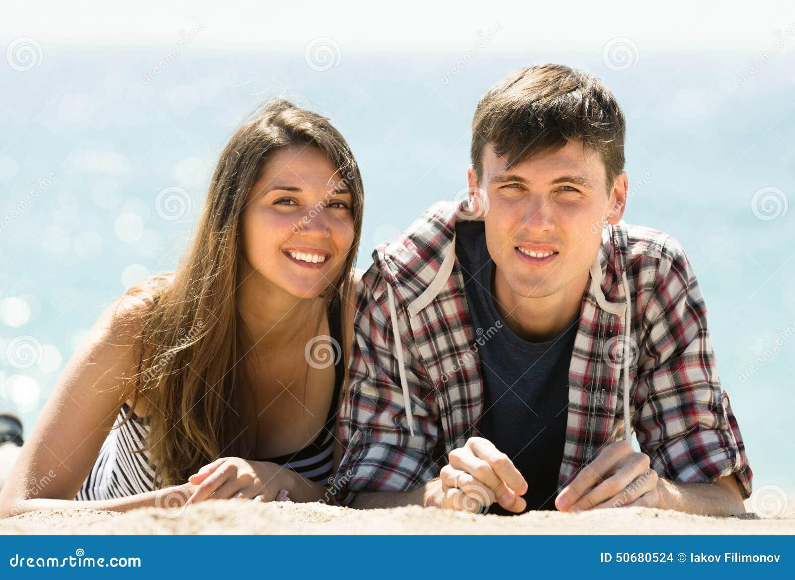 Download 放松在海滨的夫妇 库存照片. 图片 包括有 含沙, 欧洲, 夫妇, 海运, 幸福, 盐水湖, 衣裳, 自由 - 50680524