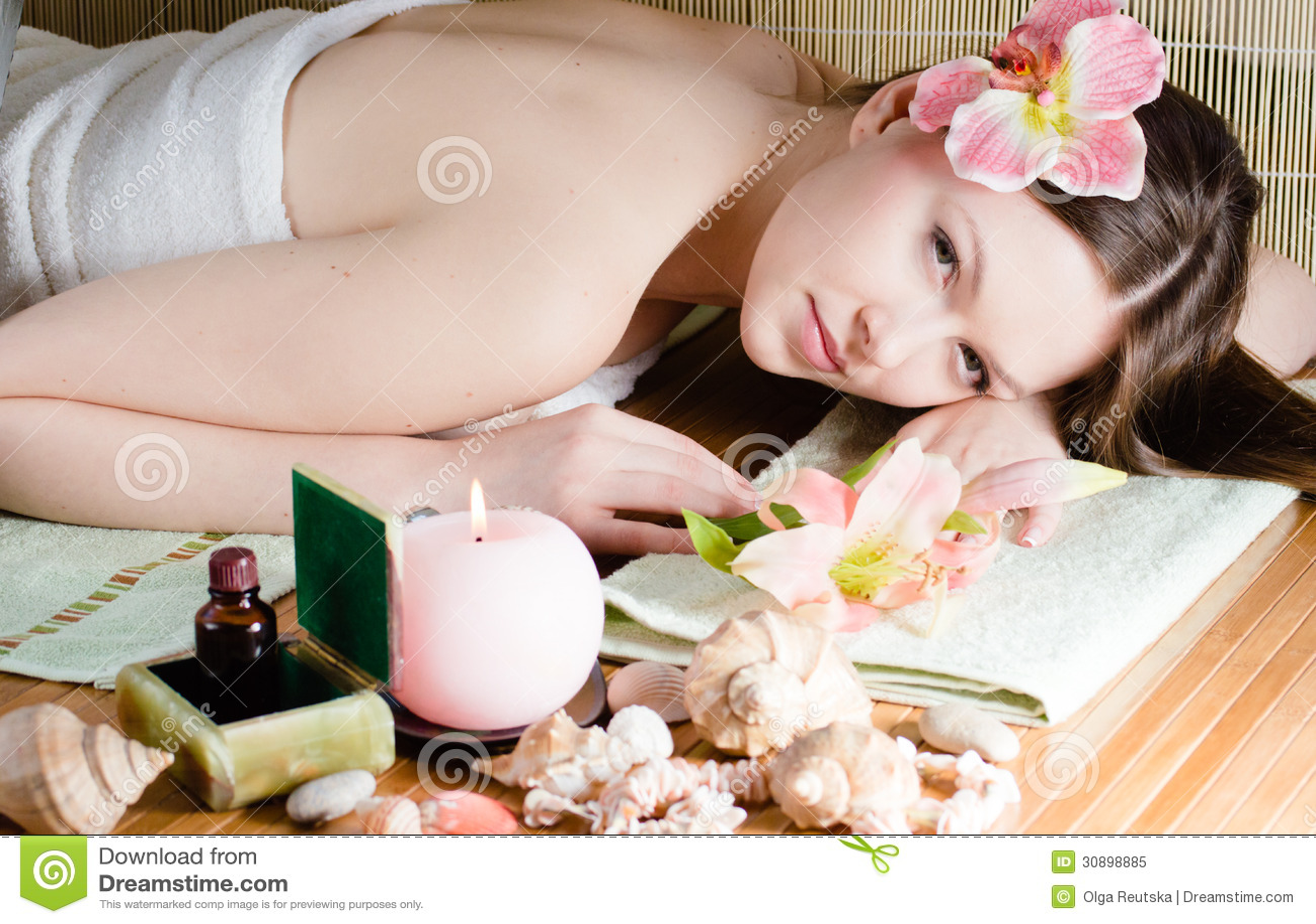 放松在温泉沙龙的年轻美丽的妇女