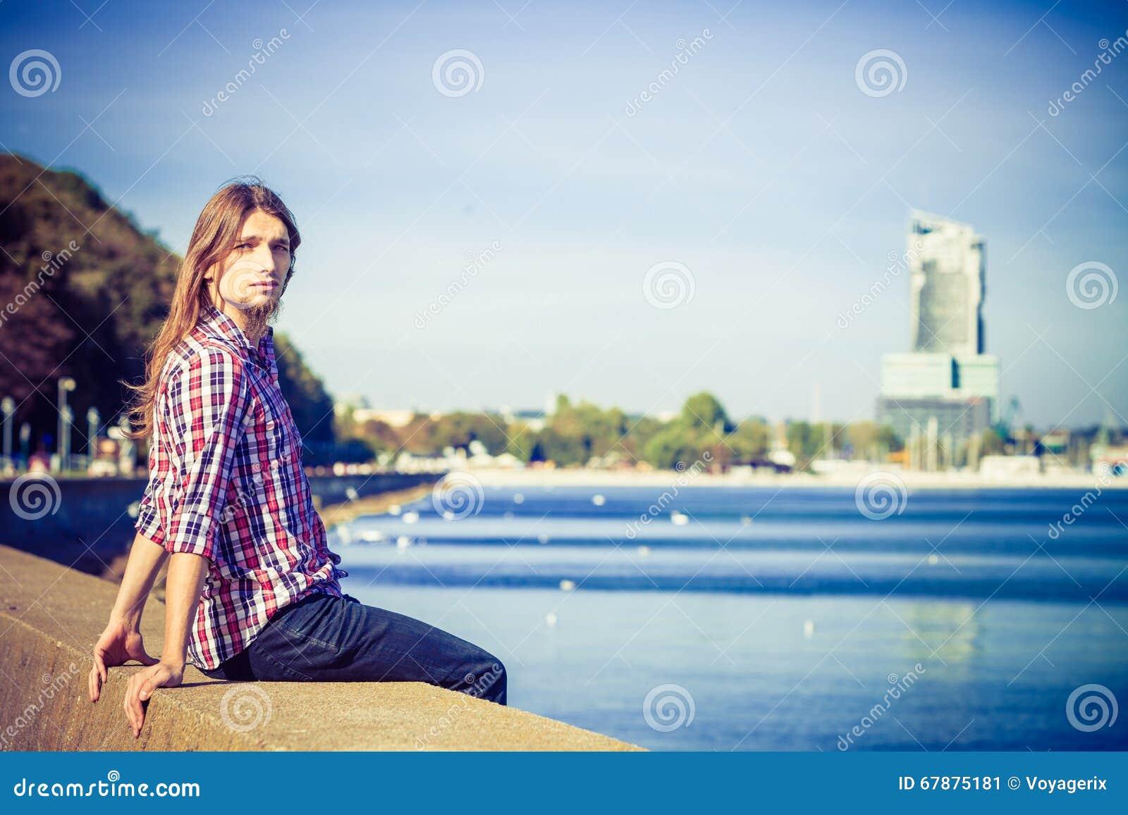 放松由海边的人长的头发