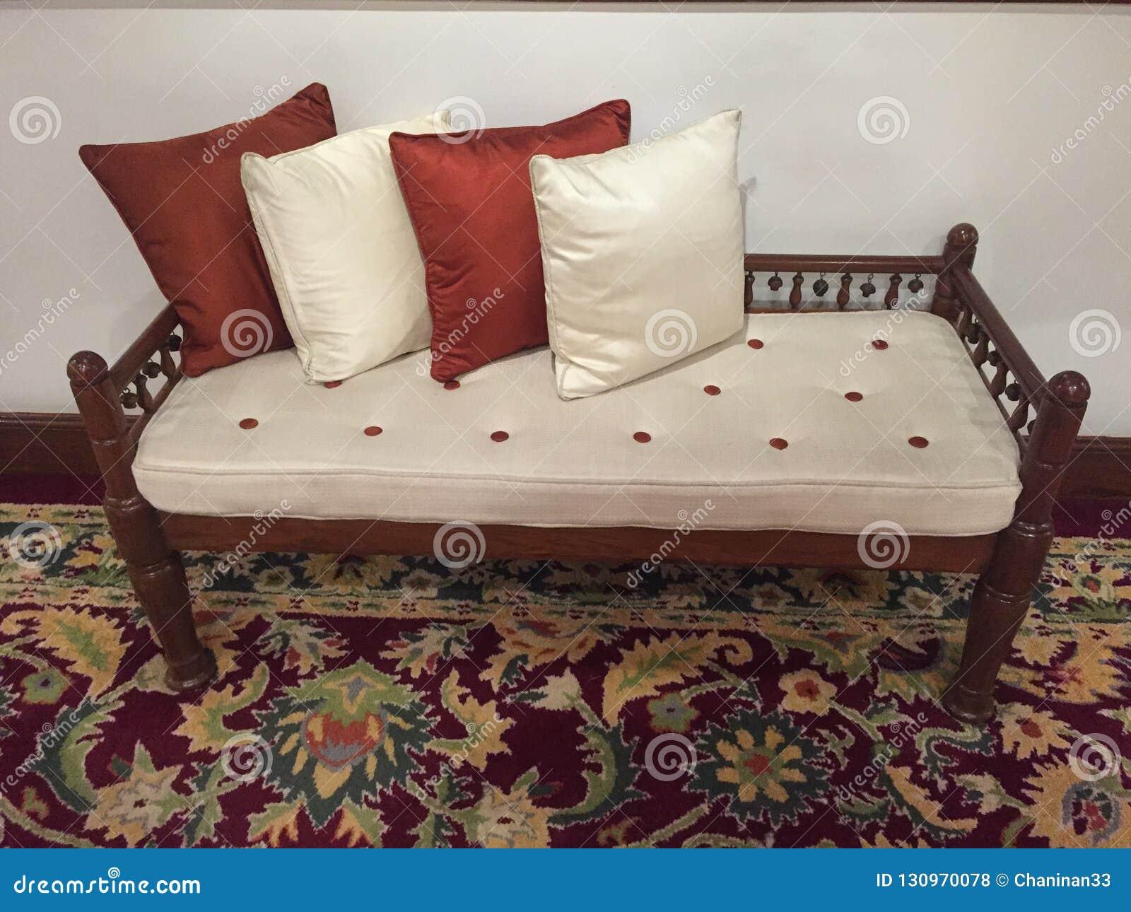 放松的舒适的长凳