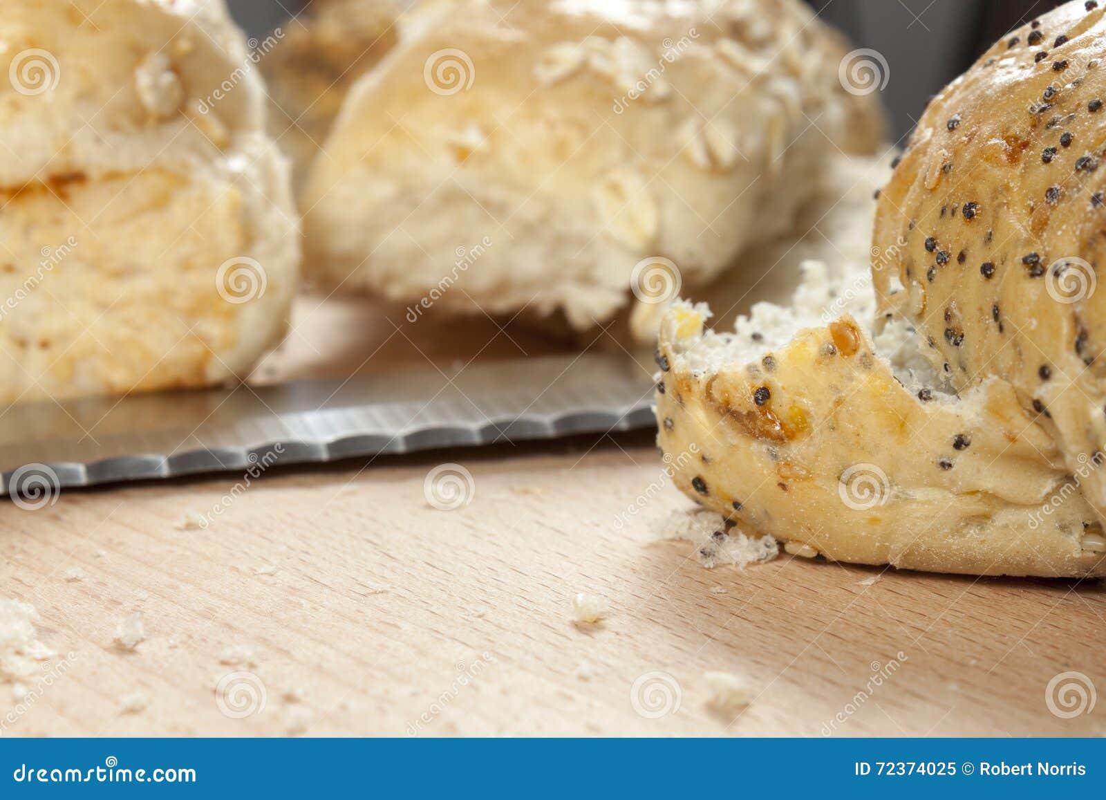 放置在厨房worktop的种子小圆面包