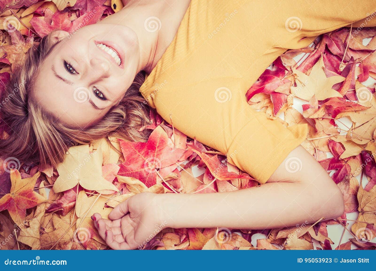 放置在叶子的妇女