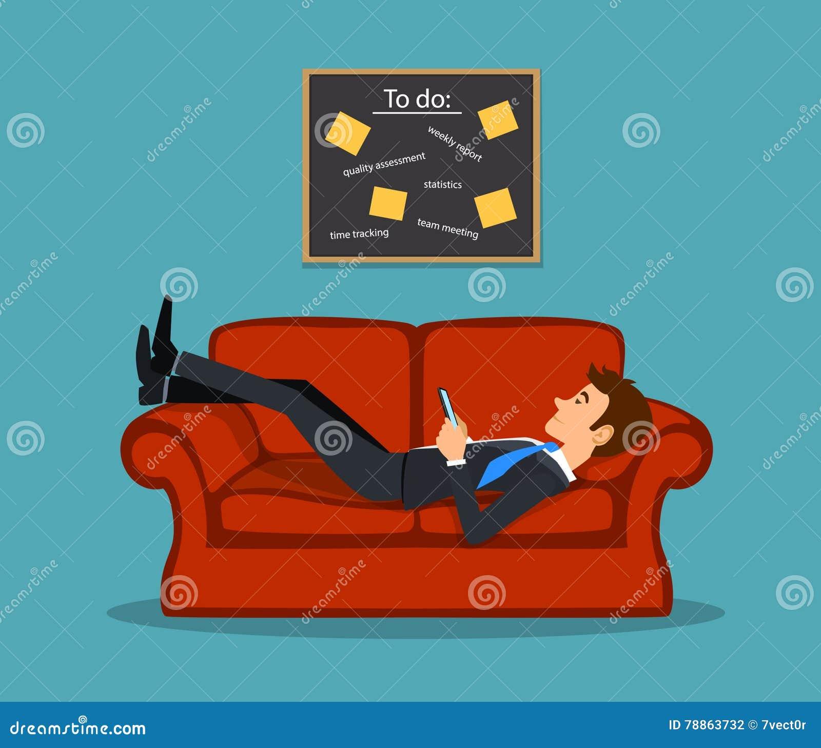 放置在长沙发的懒惰乏味雇员,使用与延期他的任务从的电话做名单