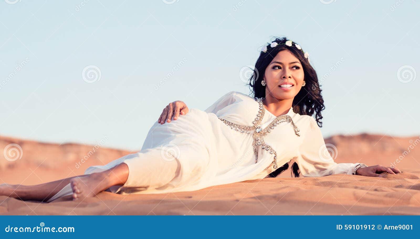放置在阿拉伯沙漠沙子的妇女