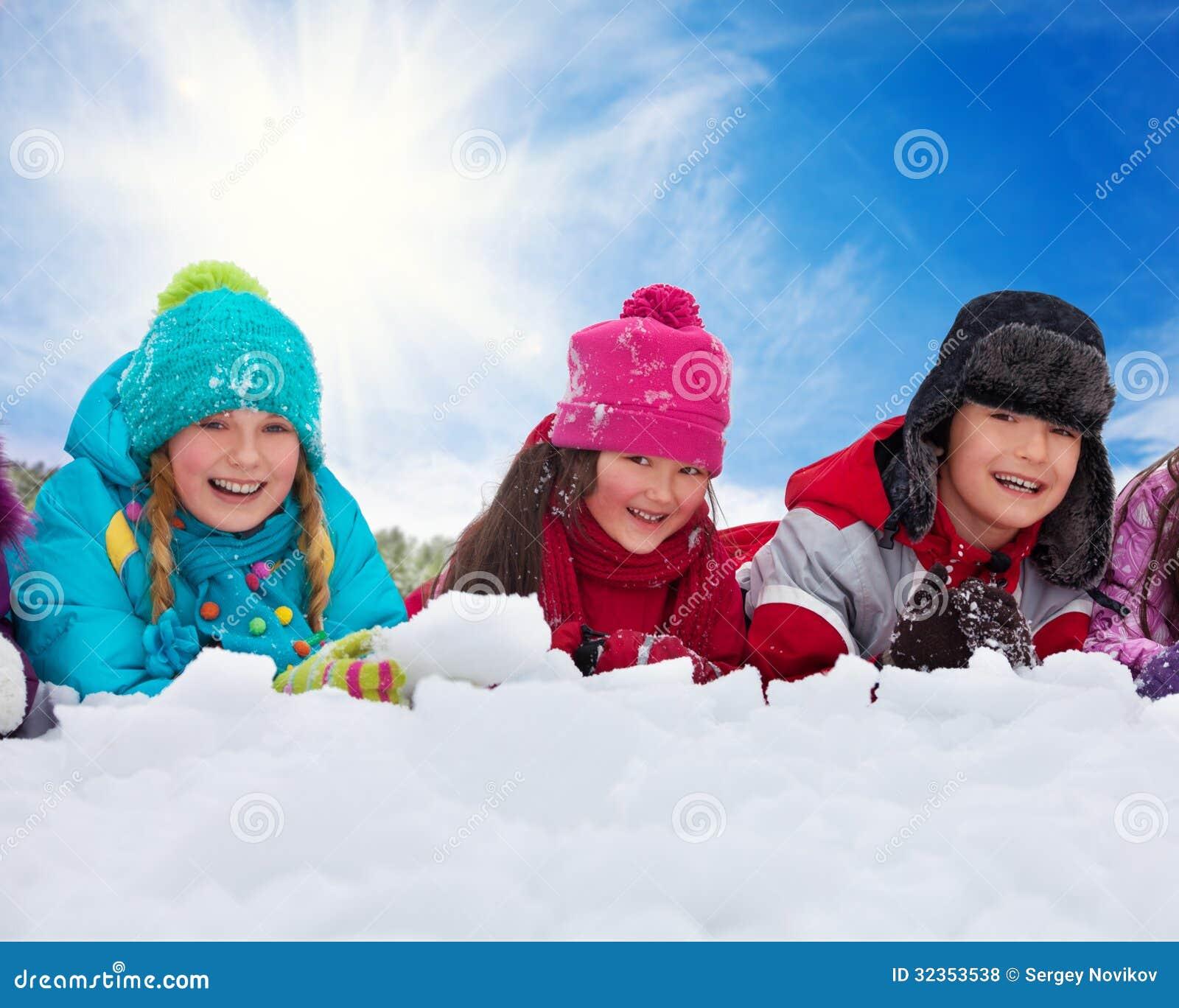 放置在雪的三个孩子