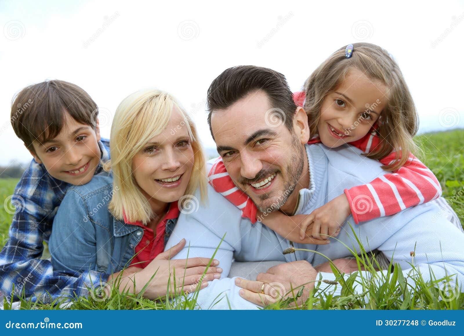 放置在领域的愉快的家庭画象