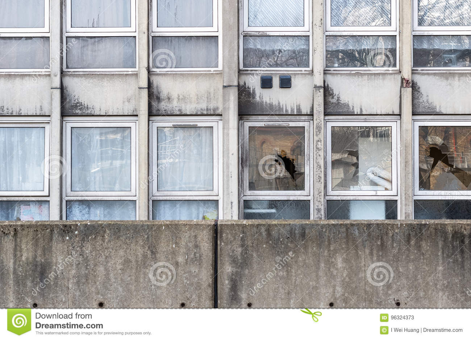 故意破坏,一套被毁坏的理事会公寓住房的被打碎的窗口