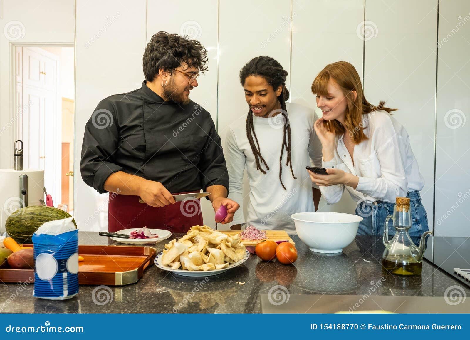 教不同的品种的一对年轻夫妇厨师如何烹调