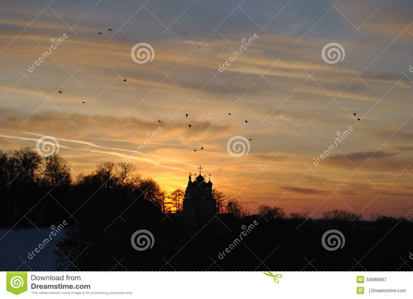 Download 教堂 库存图片. 图片 包括有 日落, 鸟舍, 天空, 阳光, 冬天, 云彩, 飞行, 教堂, 结构树, 的treadled - 50686687