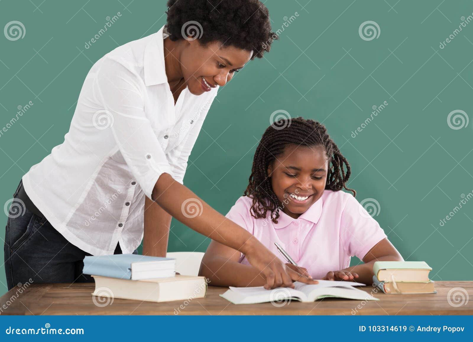 教她的学生的愉快的老师