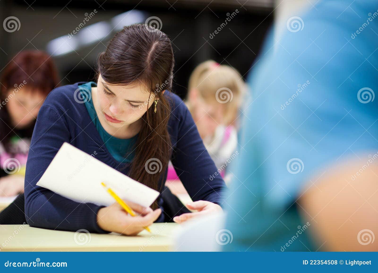 教室女性坐的学员