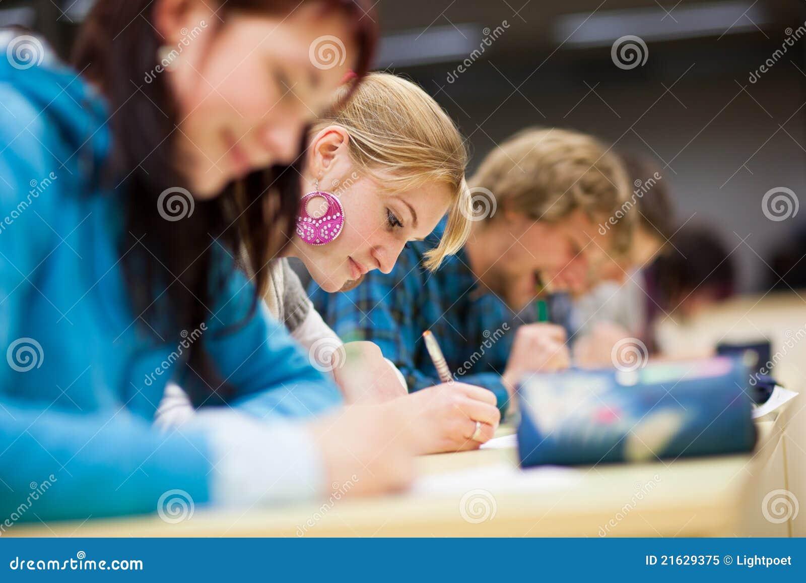 教室学院坐的学员