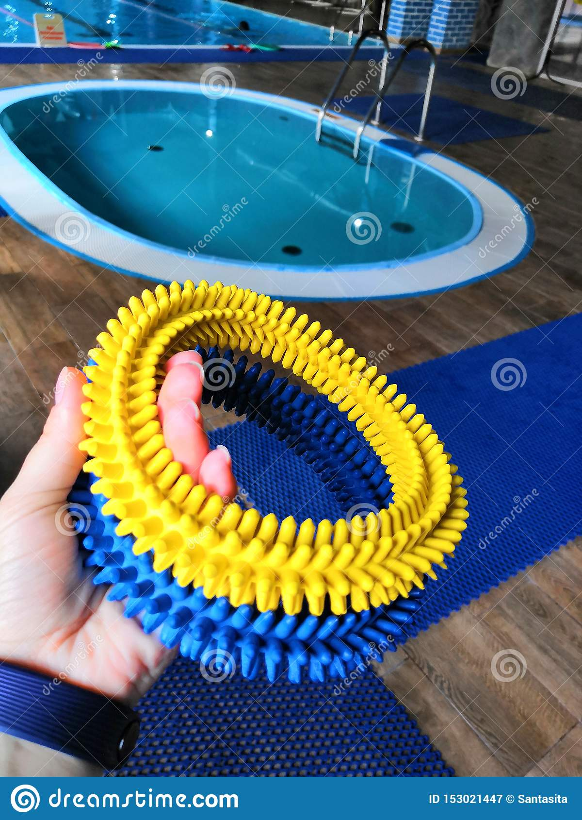 教的孩子的橡胶处理的不光滑的圆环游泳