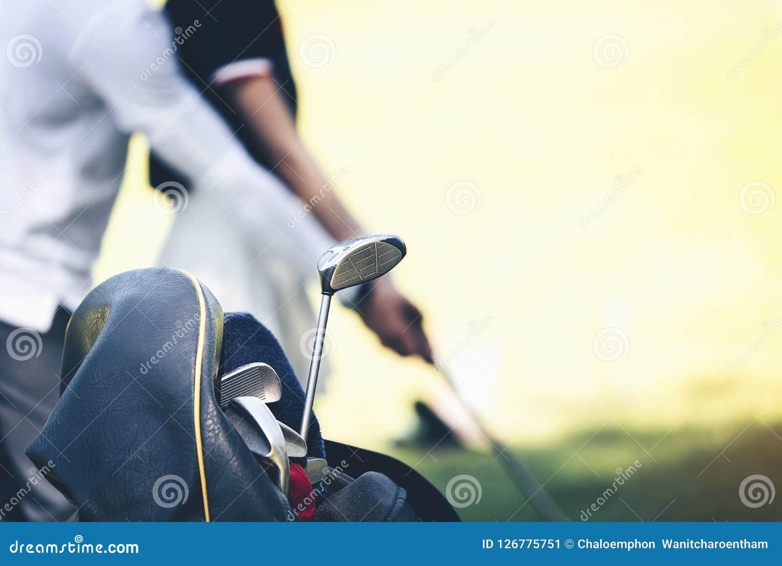 教练教高尔夫球运动员首先捉住木头到p
