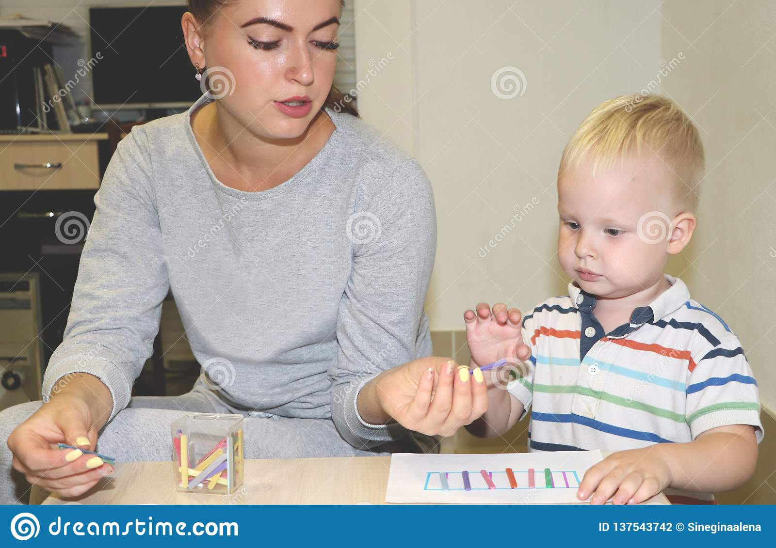 教育家处理孩子在幼儿园 孩子的创造性和发展