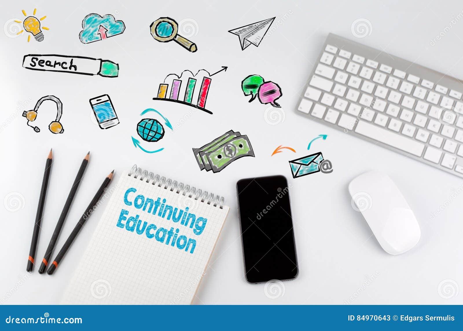 继续教育 键盘和手机在一张白色桌上