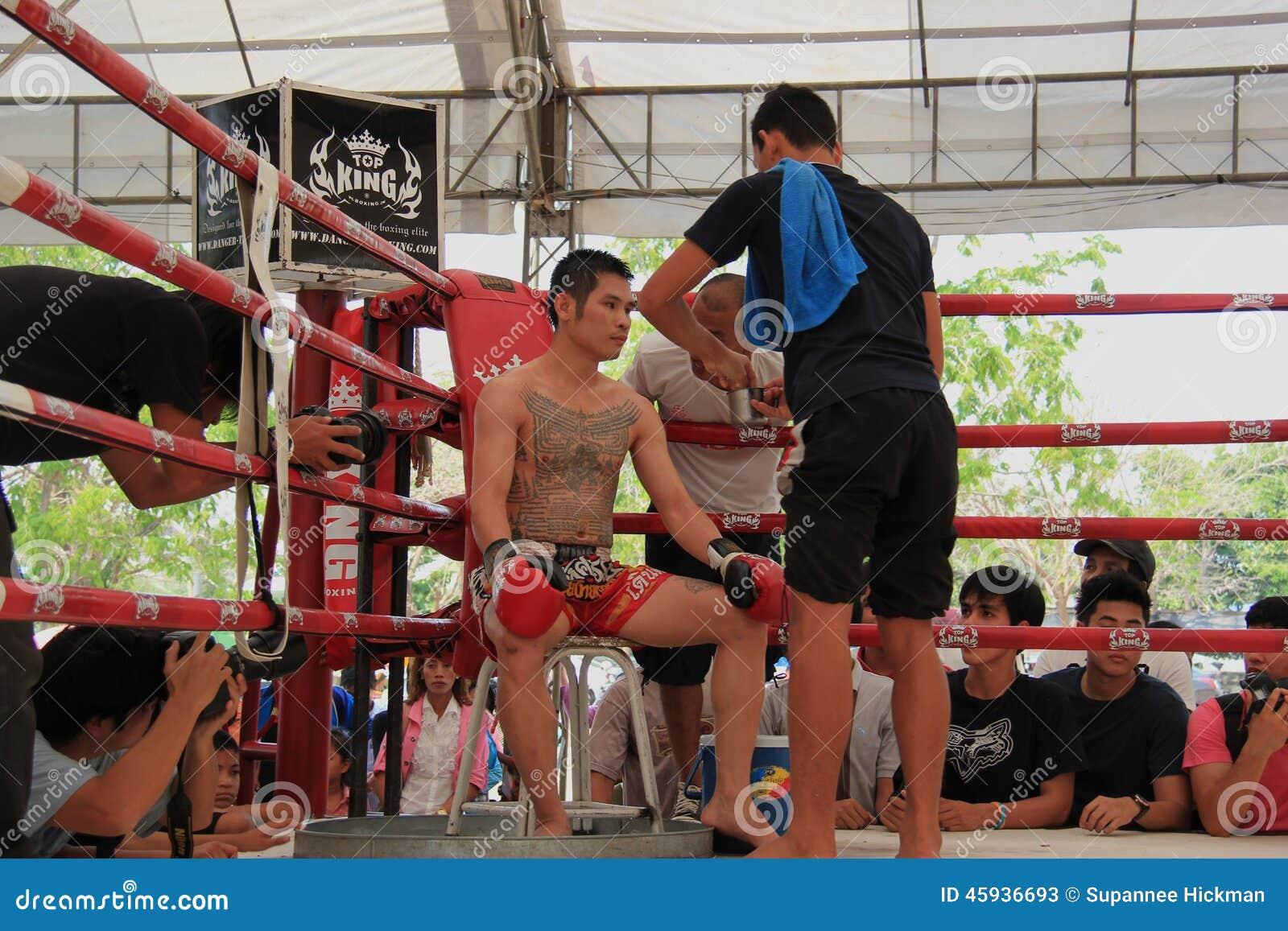 教练员提建议泰国拳击手