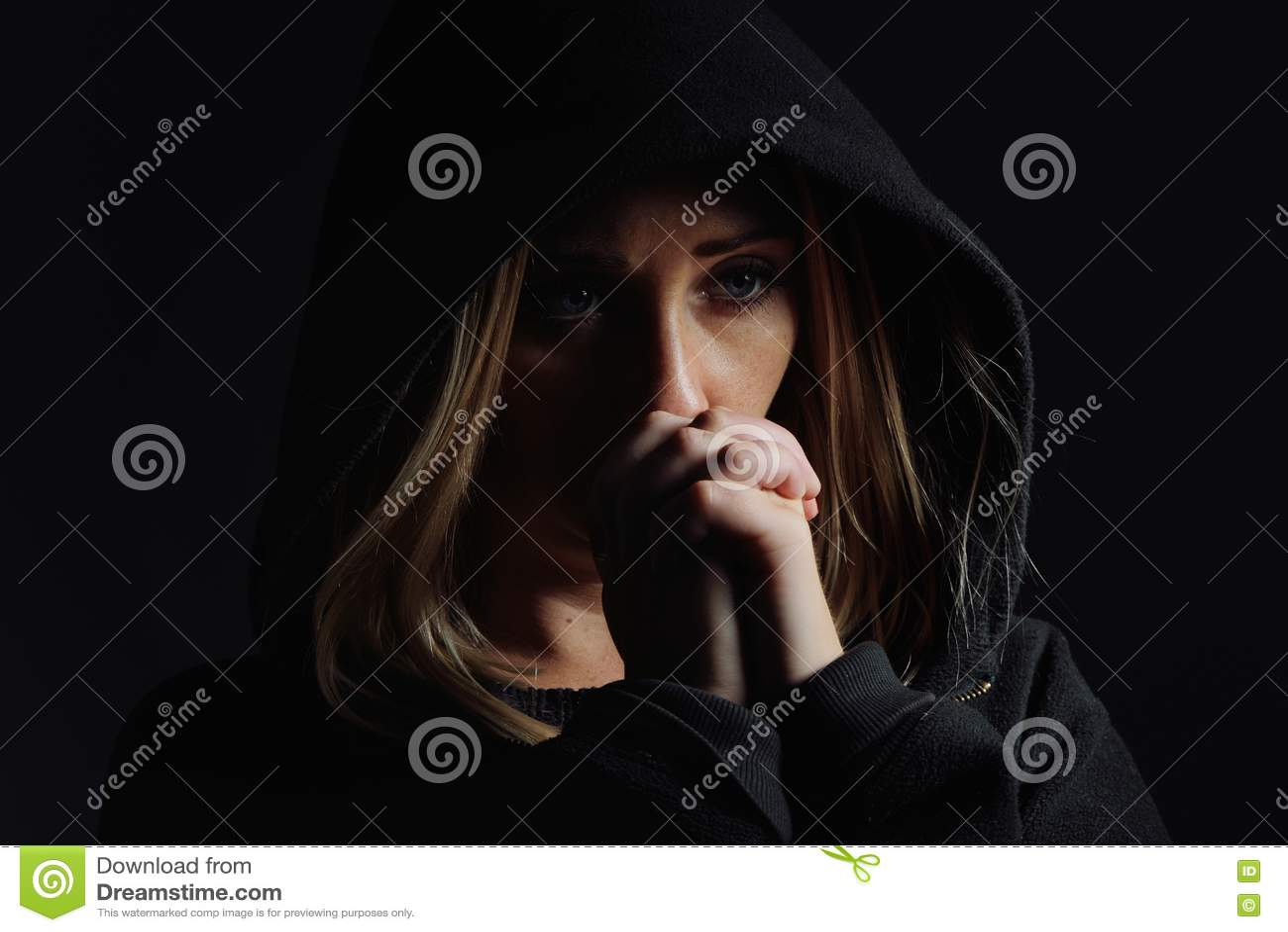 敞篷的祈祷的妇女