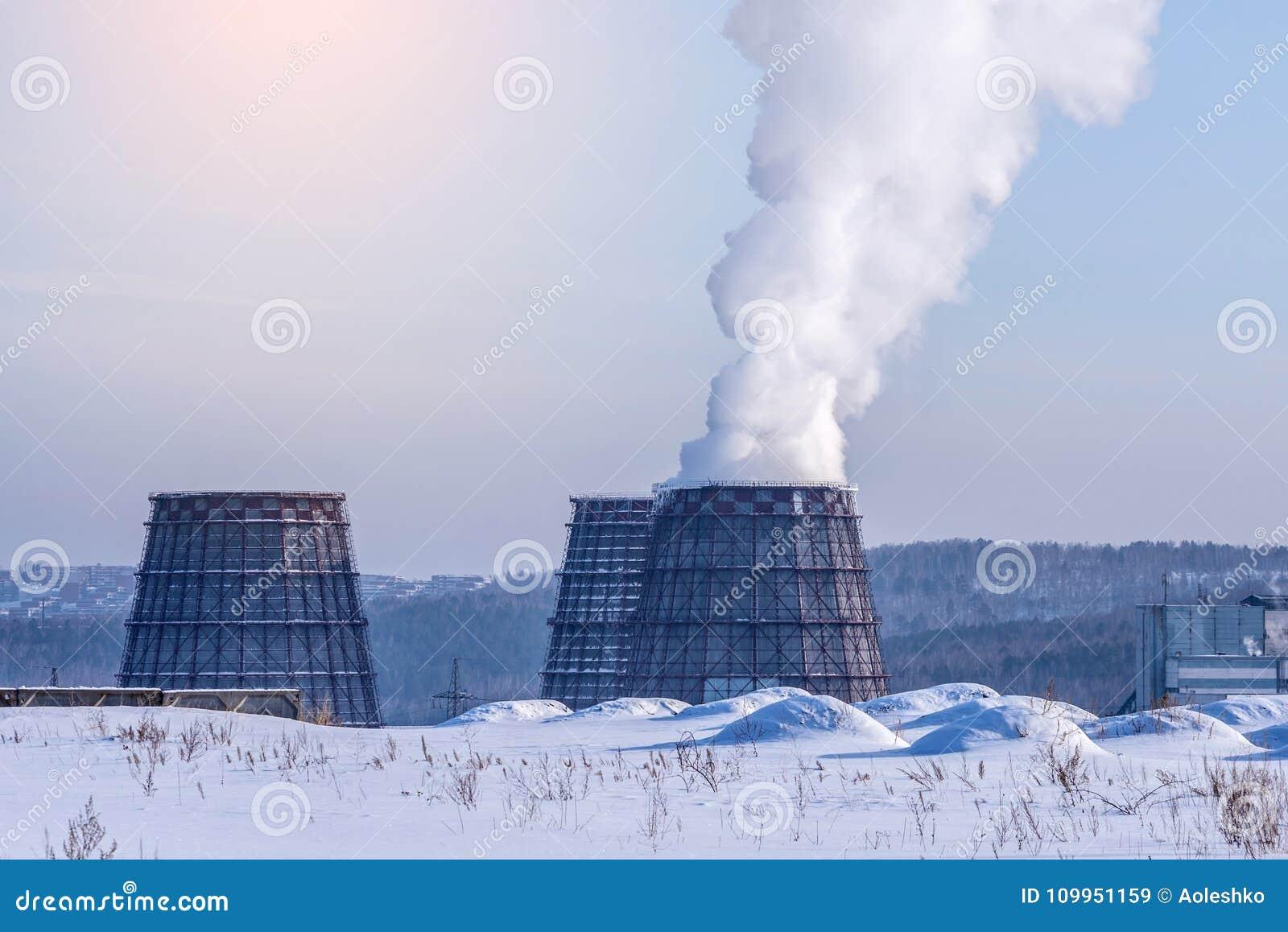 散发在大气的烟斗热电厂二氧化碳 环境污染的概念