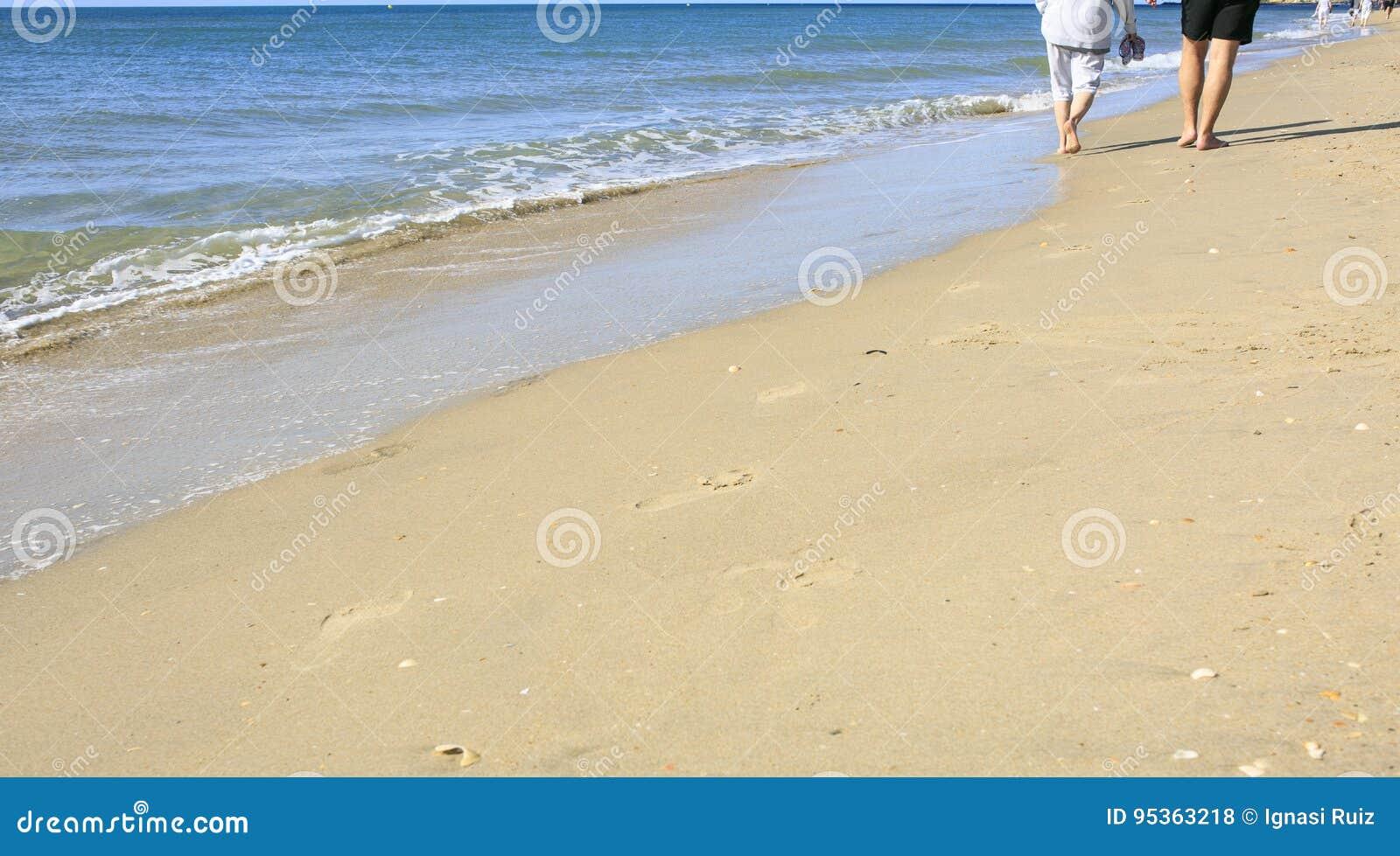 散步在海滩的老人
