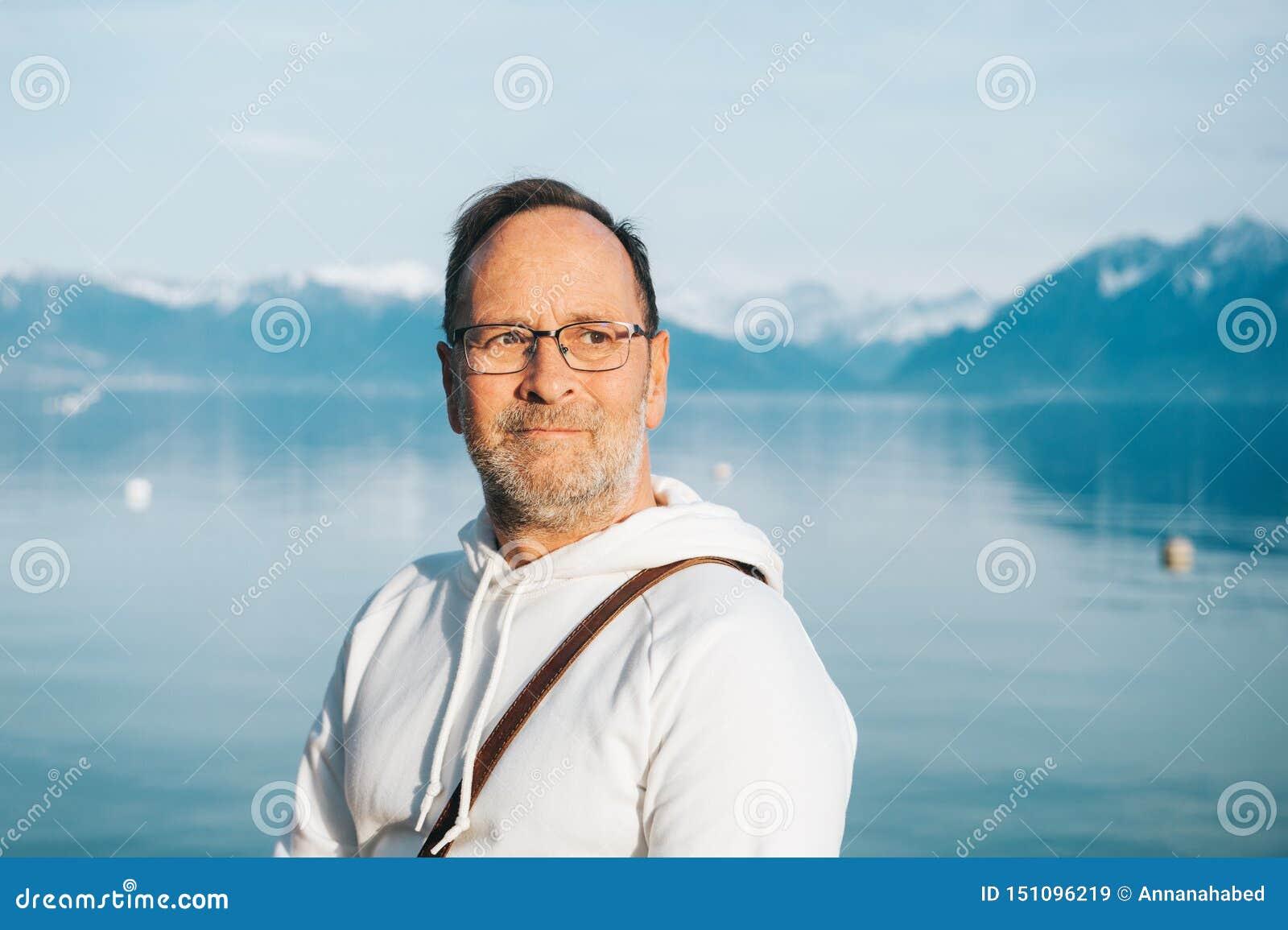敬佩有山的帅哥画象美丽的湖