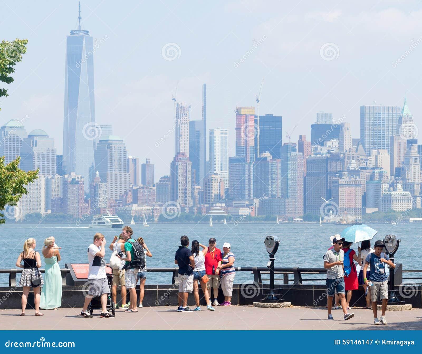 敬佩从自由岛的游人曼哈顿地平线