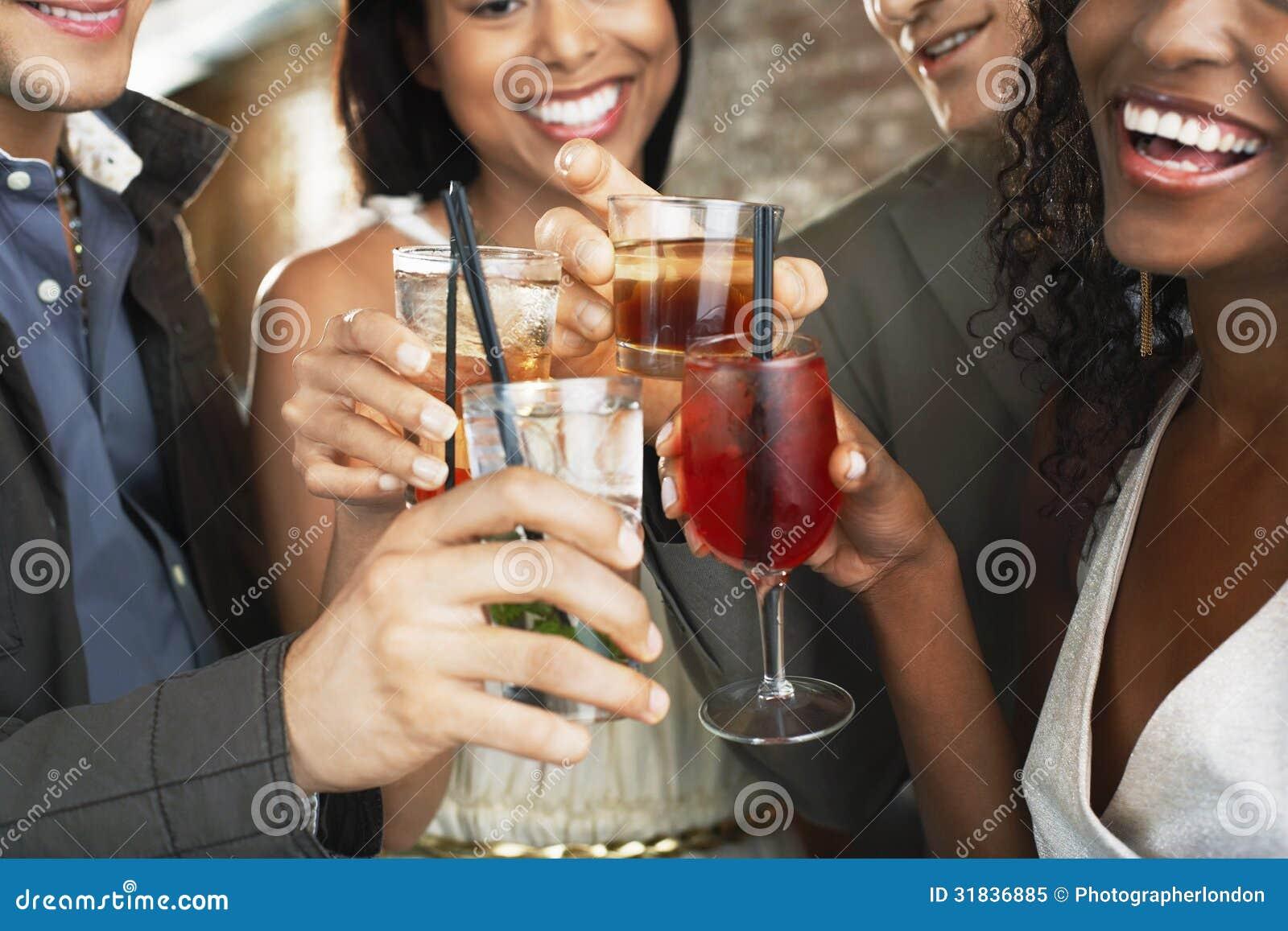 敬酒在酒吧的饮料特写镜头