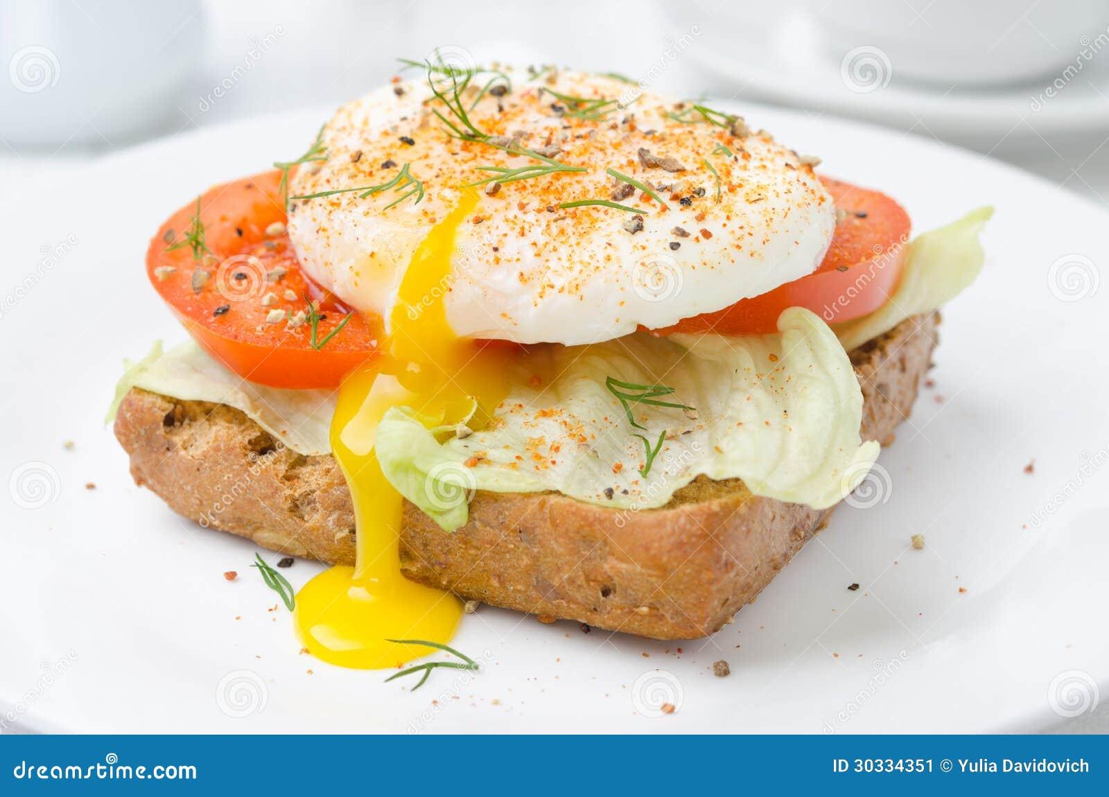 敬酒用蕃茄、莴苣和荷包蛋早餐特写镜头的